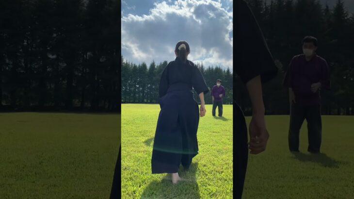 芝生 と 古武道女子